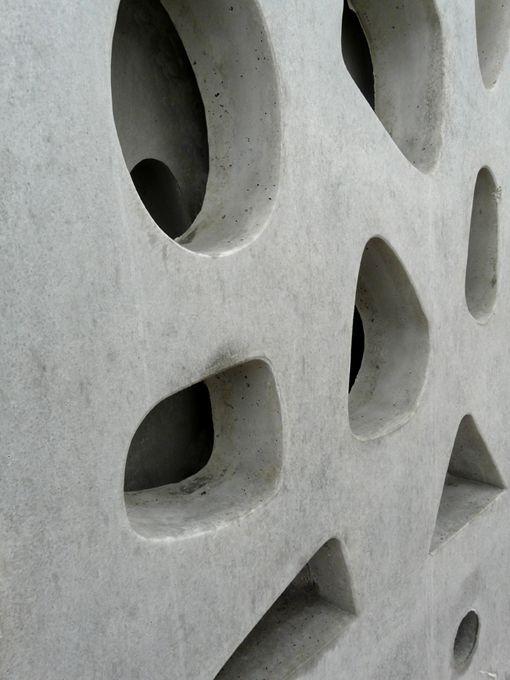 Detalle de la celosía terminada en hormigón  gris.