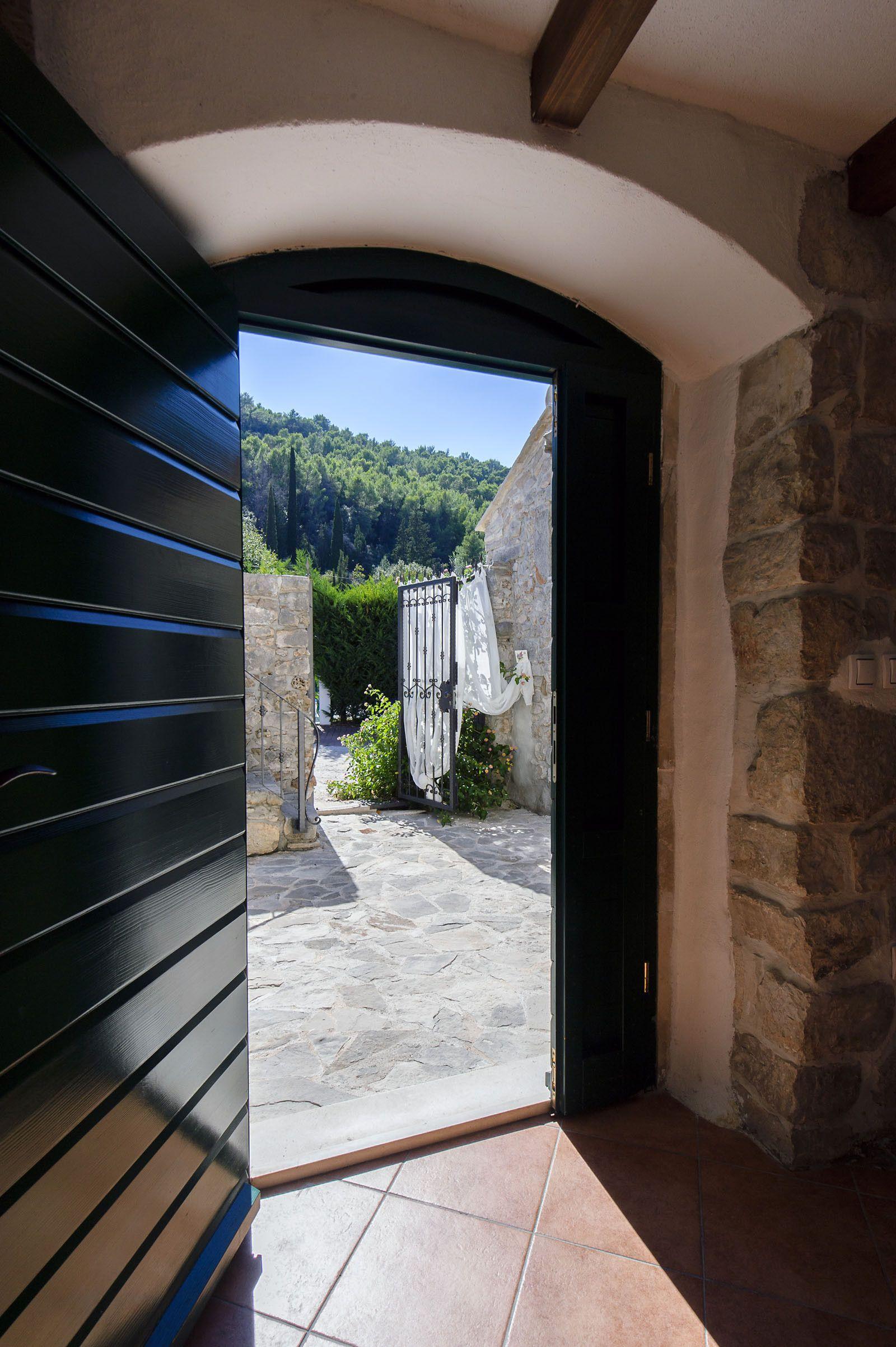 Ulazna vrata kamene kuće