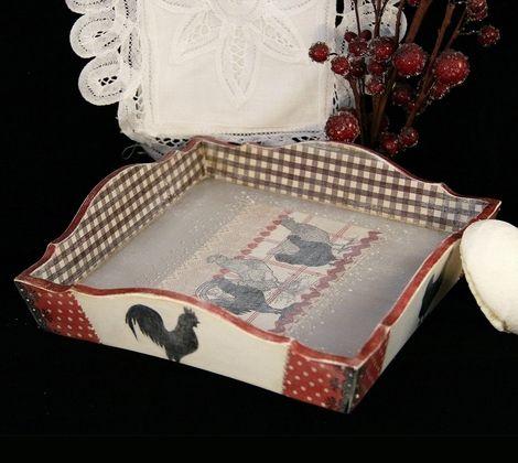 Сухарница / конфетница / хлебница деревянная. Выполнена в технике декупаж. Деликатно состарена. Матовое лаковое покрытие.  Можно использовать по прямому назначению, как элемент интерьера или для декора.   Размер: 17,5 х 17,5 х 6 см