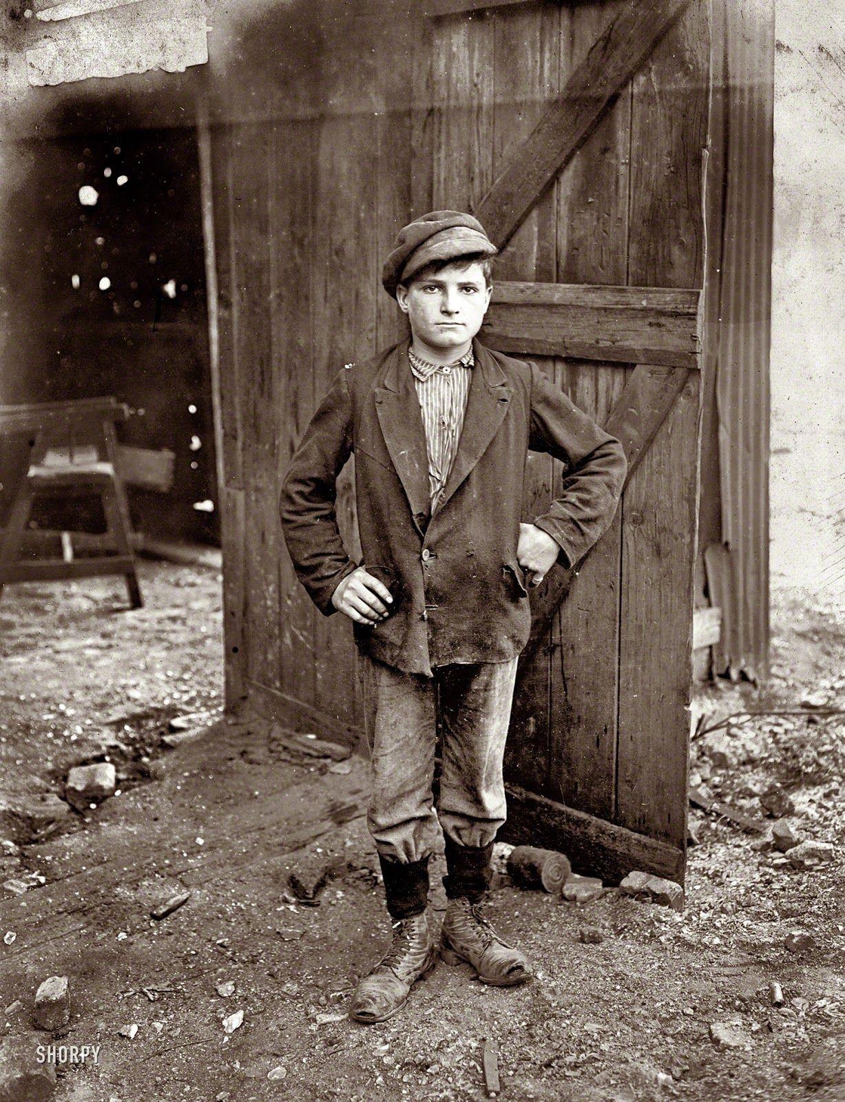 Agosto de 1908. Un niño trabajador  en una fábrica de vidrios, Indiana by Lewis W Hine.