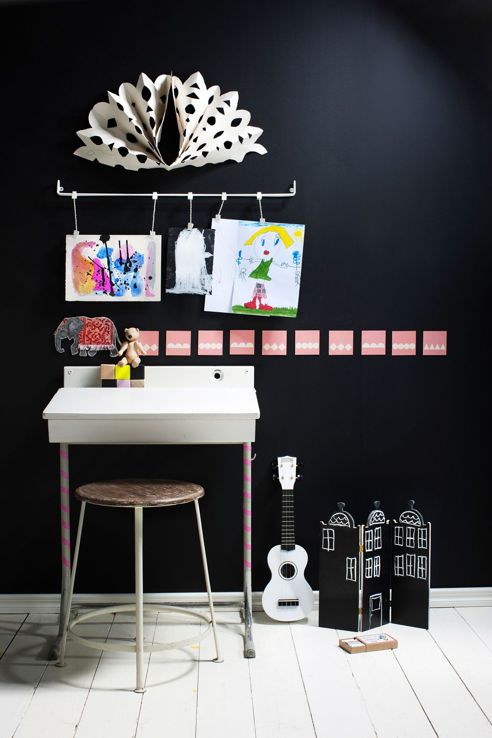 DIY Kids Playroom: You can easily create varying art exhibitions using special picture rails. Attach the rail onto the wall using screws – and your showroom is ready.