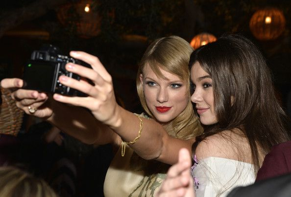 She takes selfies with Hailee Steinfeld.