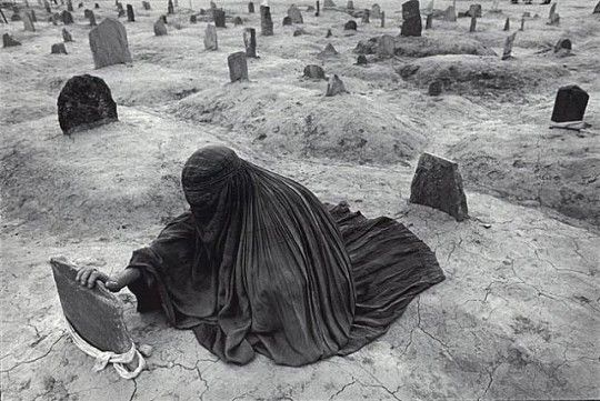 James Nachtwey - Afghanistan, Mourning a brother killed by a Taliban rocket, 1996