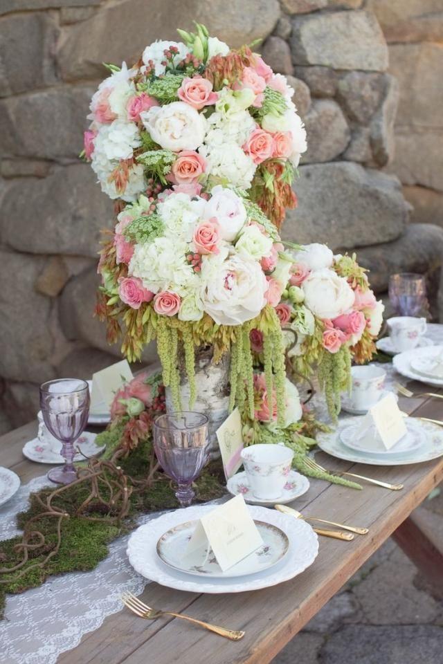 hochzeit tischdeko ideen blumenkugel rosen weiß rosa grün moos