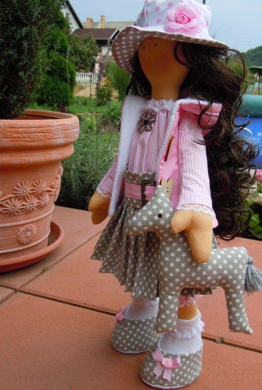 Alica v skladanej sukničke …