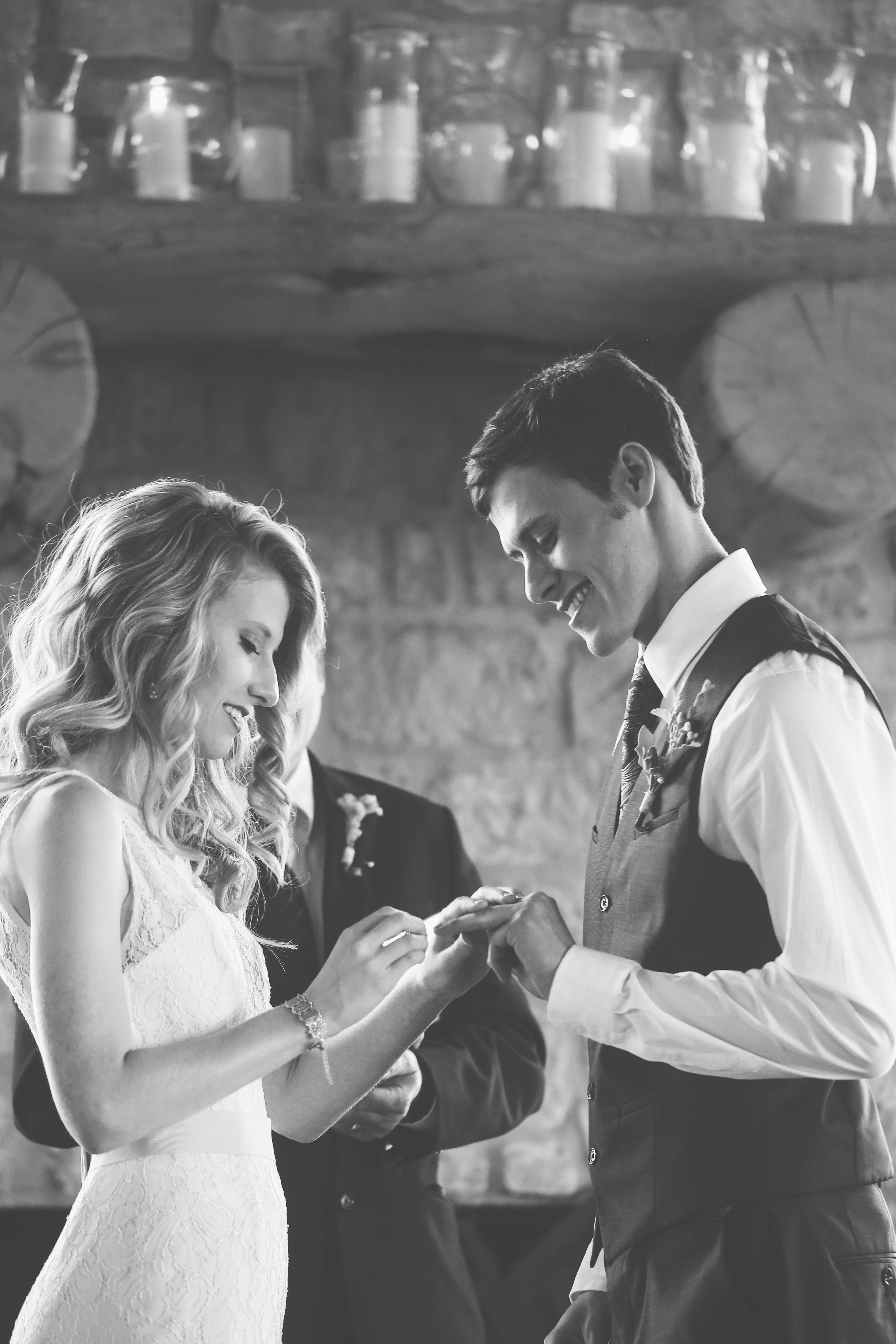 El intercambio de aros en el altar significa el sello de la confianza y respeto que se prometen los novios desde ese día.
