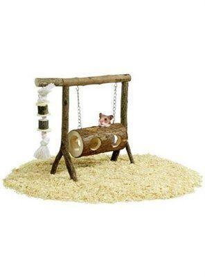 Gynge i træ. En aktiv legeplads til bl.a. hamster ell. mus. Gynge formet som en…