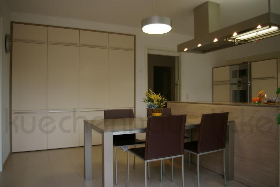 Küche LEICHT   Classic Feinstrukturlack Magnolie Arbeitsplatte  Quarzwerkstoff 2 Cm Mit Eingearbeiteter Spüle Und Tisch Aus