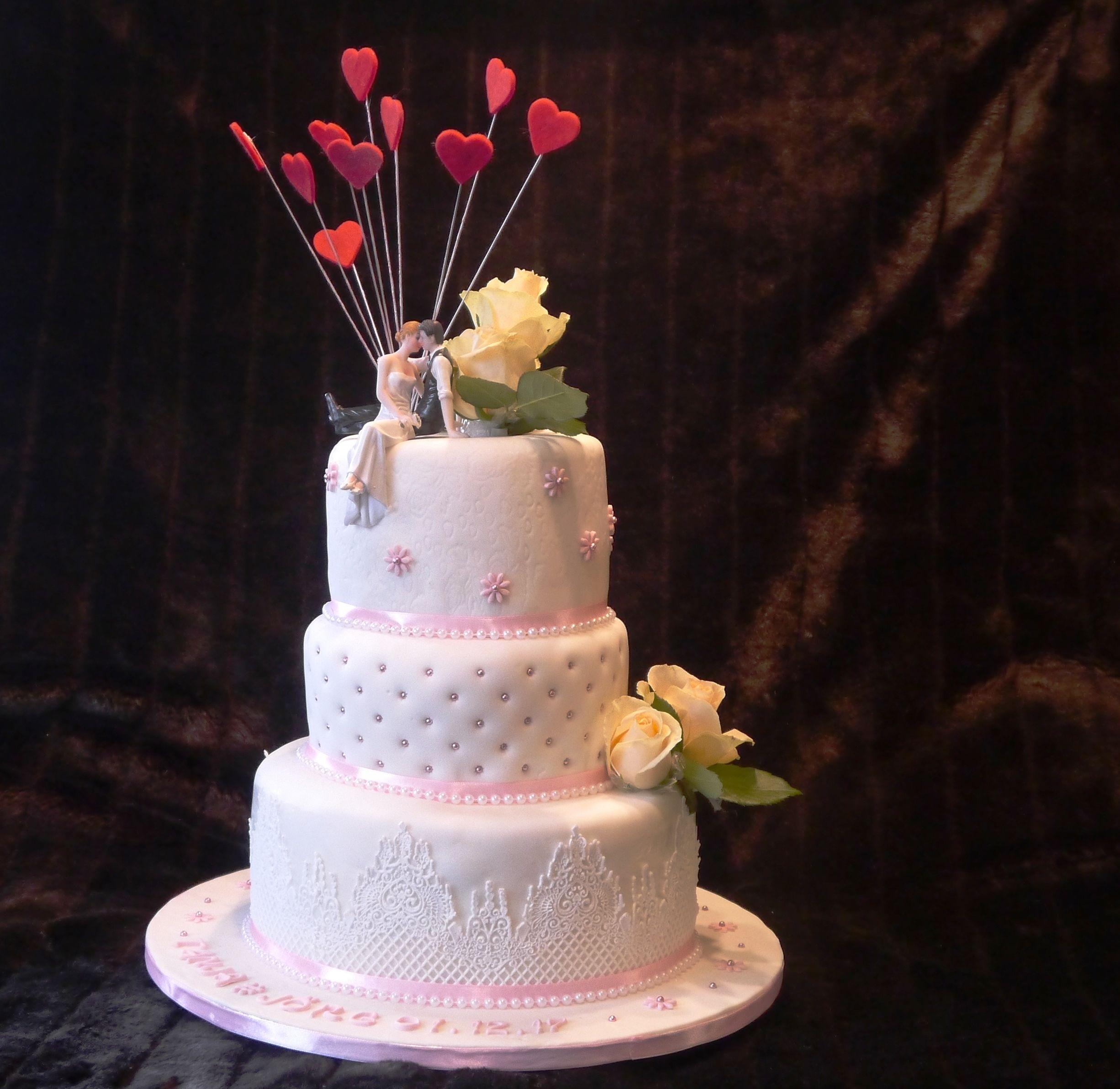 Hochzeitstorte Dreistockig Mit Echten Rosen Hochzeitstorte