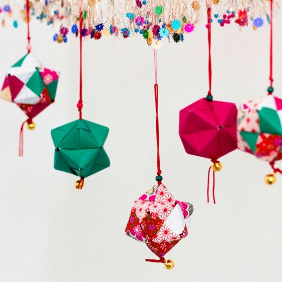 atelier origami boules de papier suspendues avec du. Black Bedroom Furniture Sets. Home Design Ideas