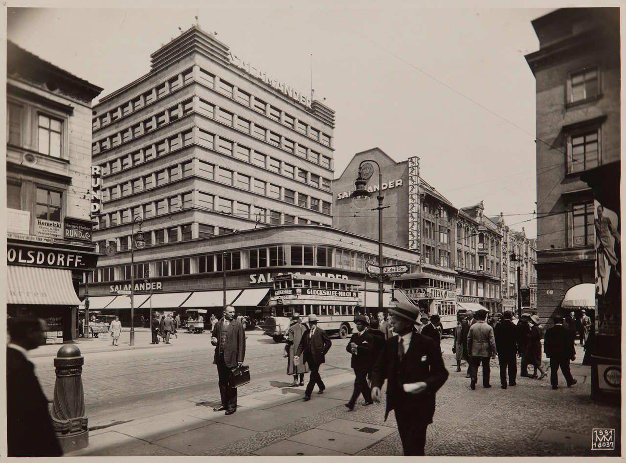 Vorbei Die Kaiserzeit Anfang Der 1930er Jahre Bestimmen Klare Linien Die Architektur Wie Hier Beim Salamanderhaus In Der Konigstra Bilder Berlin Berlin Fotos
