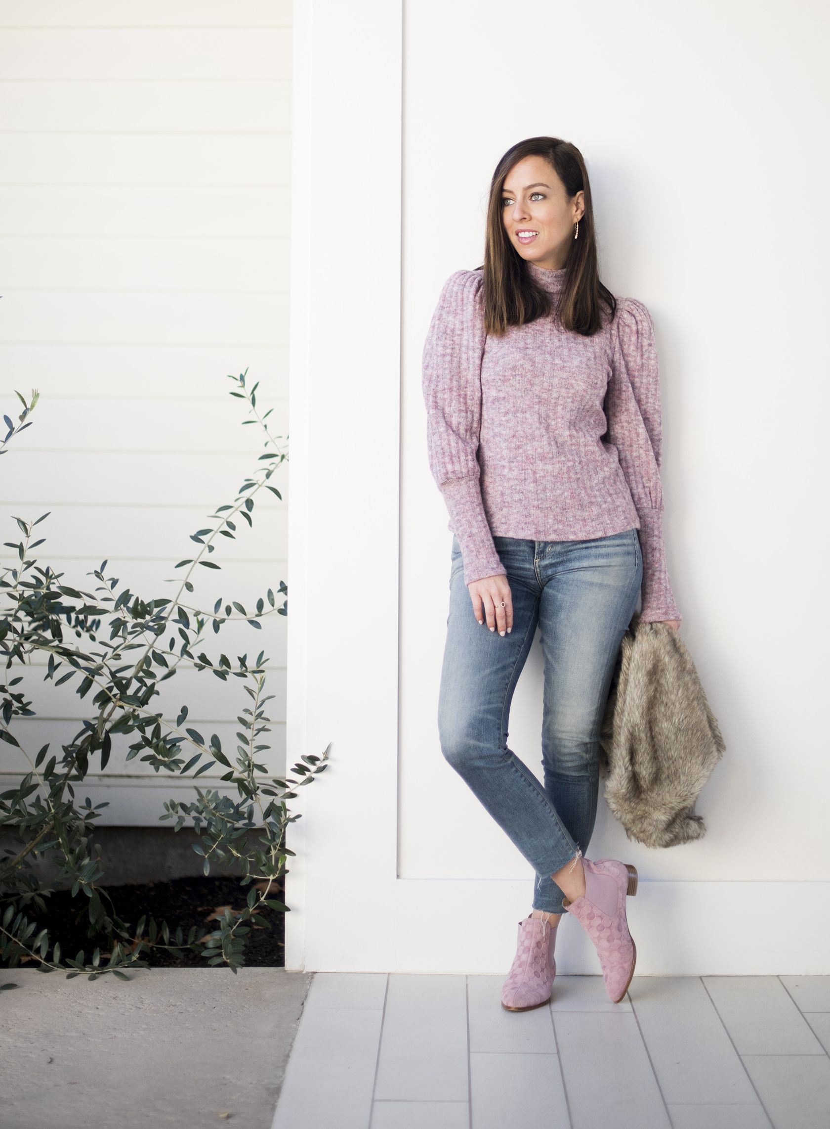 2f734e475bb Sydne Style shows casual outfit ideas in skinny jeans and pink booties   sweater  jeans  casualstyle  falloutfits  casualoutfits  outfitideas   booties  pink