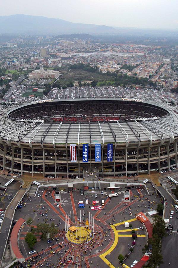 Estadio Azteca un estadio de fútbol ubicado en la ciudad de #México, con capacidad para 102 963 espectadores,siendo así el más grande de América y el tercer estadio de fútbol más grande del mundo.