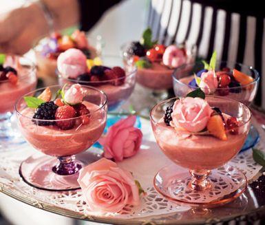 Ljuvlig len dessert med hallon som får det att pirra till i munnen. Hemligheten? Mousserande vin! Garnera med färska bär och gärna ätbara blommor. Recept finner ni här: http://www.ica.se/recept/bubblig-hallonmousse-714790/ Istället för animalisk gelatin kan ni använda vegetabiliska agar agar. Välj ekologiska ingredienser med omtanke om människor och miljö. [Raspberry mousse, use organic ingredients.] #wedding #bröllop #ecobride