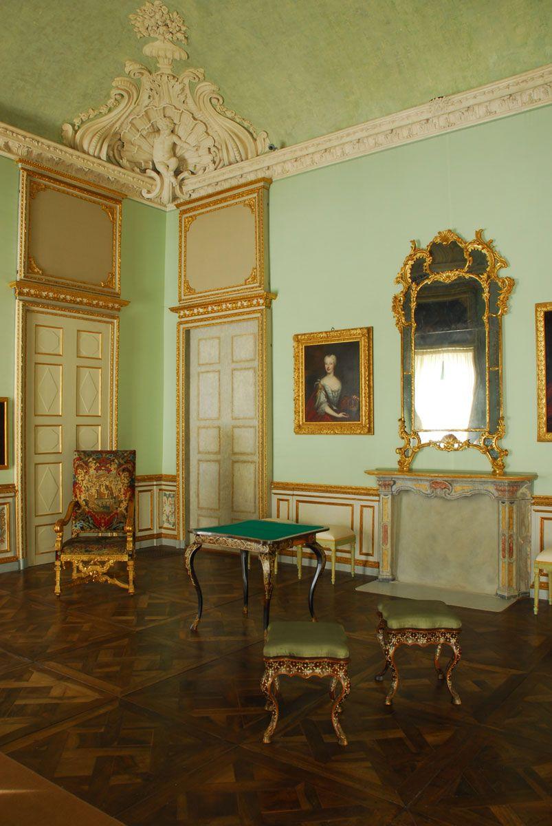 Villa della Regina, piso principal: a sala de espera.  A mobília da sala lembra o sentimento da vida diária na primeira metade do século 18 e inclui uma mesa de jogo valioso por Pietro Piffetti e uma mesa de bilhar grande, assim como a porcelana preciosa de oriental e fabricantes ocidentais.