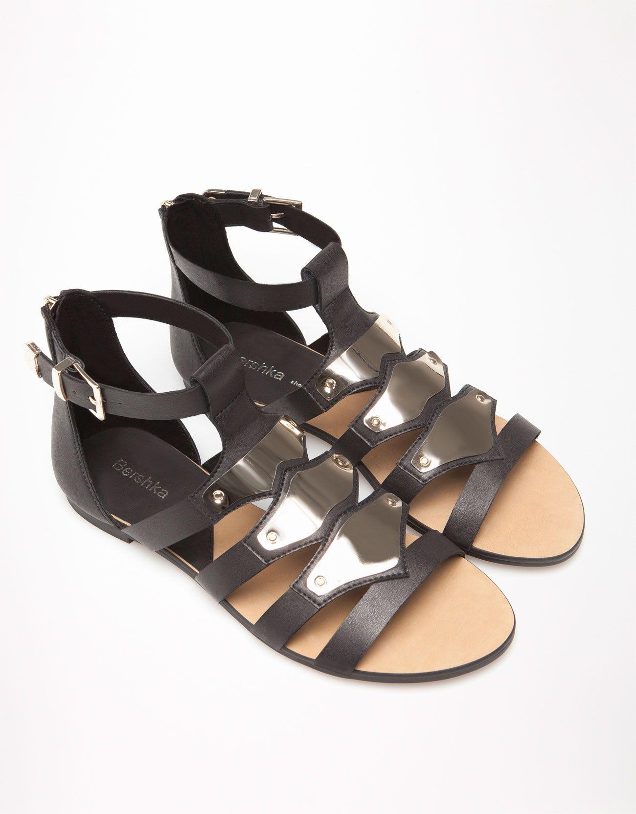 Sandalias gladiadoras con apliques metalizados de #Bershka #BershkaShoes #Footwear #BOGUE