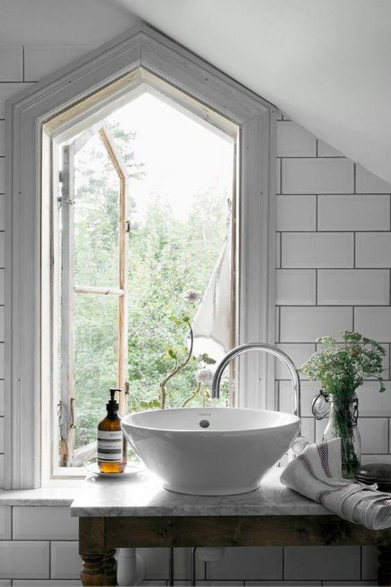 idee deco salle de bain nature vasque blanche fentre gomtrique carrelage mtro blanc