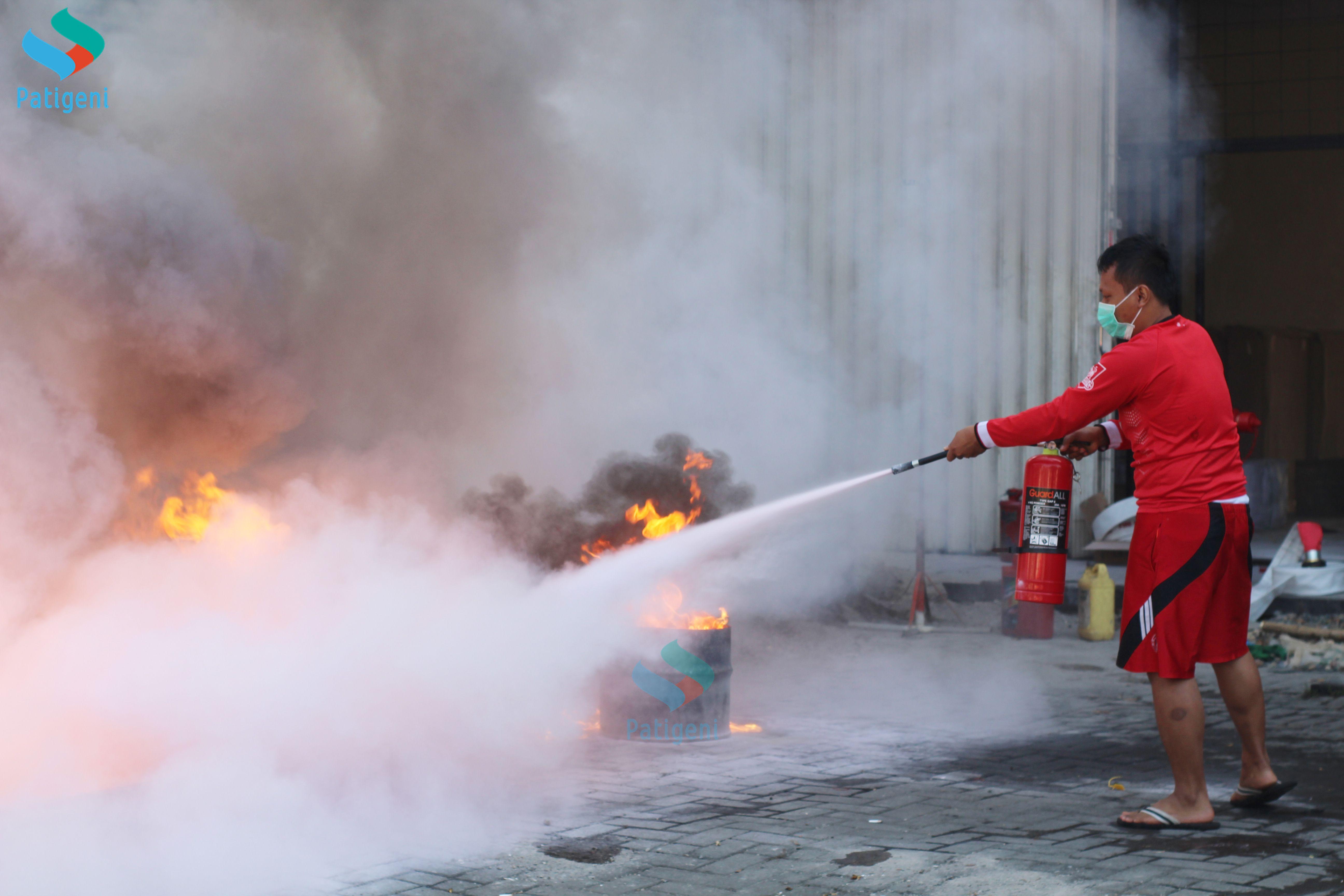 Training Alat Pemadam Api Ringan Warga Pudak Payung Semarang