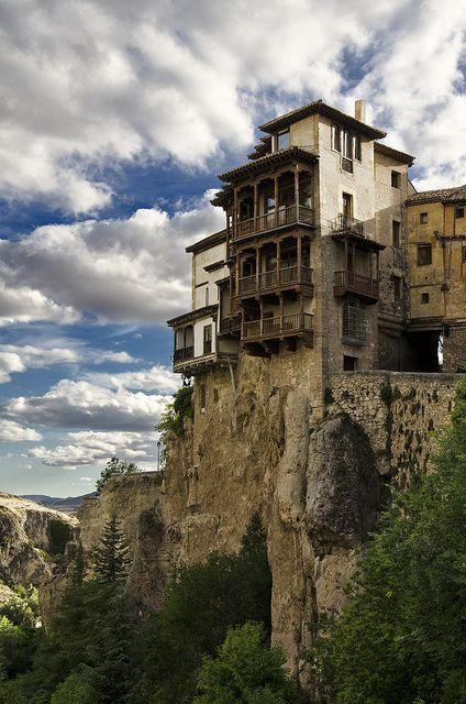 Hanging houses of Cuenca in Castile–La Mancha, Spain      Maisons suspendues de Cuenca, en Castille-La Mancha, Espagne