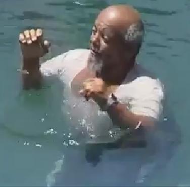غرائب رجل يجلس على الماء دون أن يغرق سبحان الله Wonder Amazing Special Features