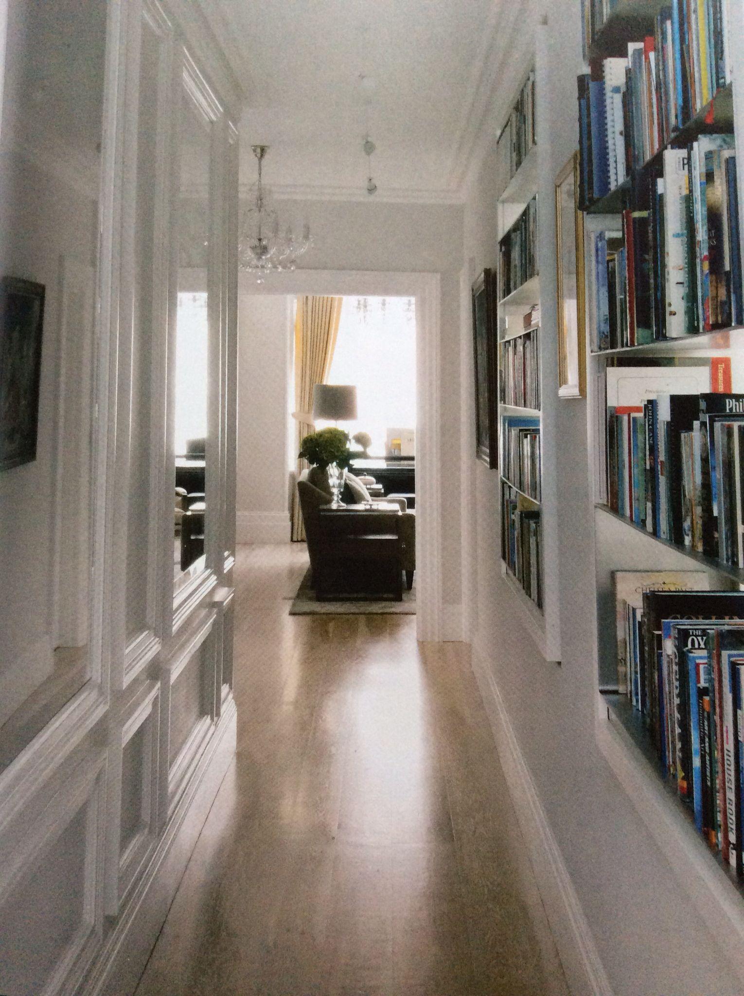 Hol z książkami i lustra atelier pinterest