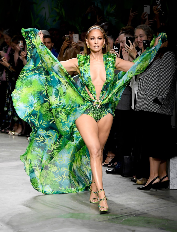 Jennifer Lopez Breaks The Internet As She Storms The Versace Milan Fashion Week Runway Fashion Week Runway Fashion Milan Fashion Week Runway [ 1313 x 1000 Pixel ]