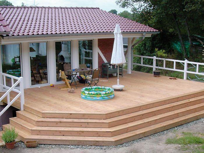 terasse holz bauernhaus balkon mit geschlossenem gel nder auf einem bauernhof terrasse. Black Bedroom Furniture Sets. Home Design Ideas