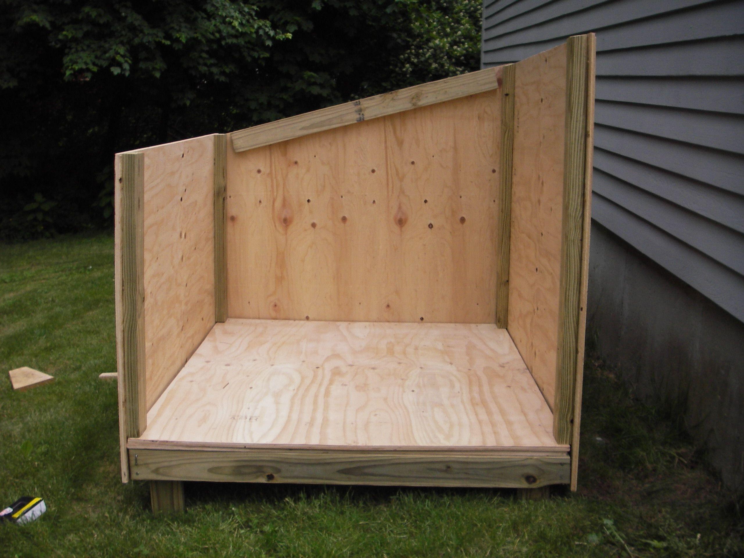 Easy framing for a slanted roof dog house dog house for Slant roof shed plans