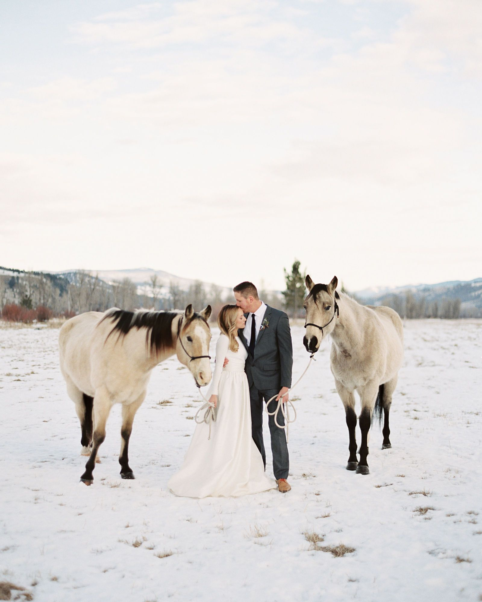 32 Winter Wedding Photos That Will Convince You To Get