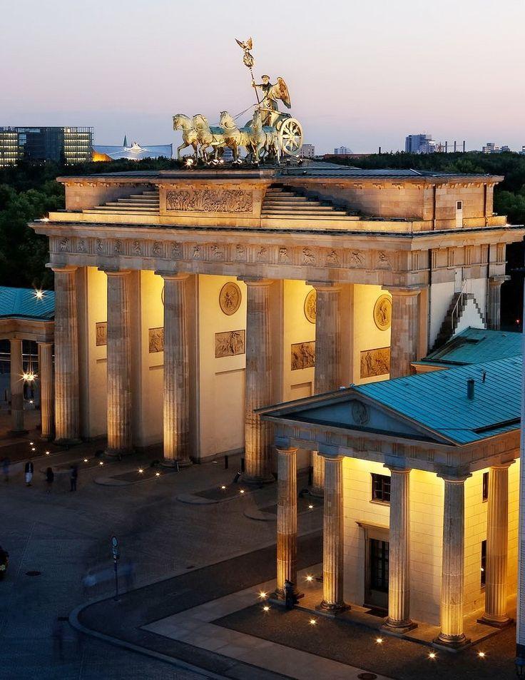 Stunning Brandenburg Gate At Night In Berlin Berlin Urlaub Brandenburger Tor Berlin Stadtereise Berlin