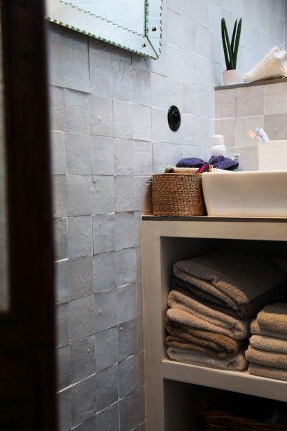 TOUCH this image Dans la salle de bain, carreaux de ciment et
