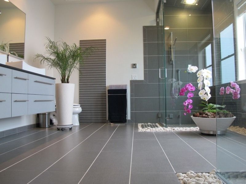 Badezimmer mit grauen Wandfliesen und weißen Wänden   Badezimmer ...