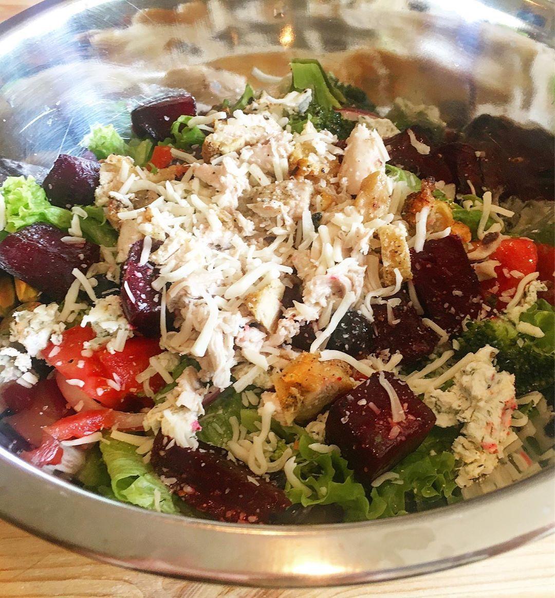 Gebratener Rübensalat! Ebenfalls im Salat ist Hühnchen (Reste vom gestrigen Roas) Gebratener Rübensalat! Ebenfalls im Salat ist Hühnchen (Reste vom gestrigen Roas)
