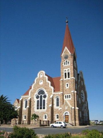 Aufgrund der Geschichte Namibias findet man in der Hauptstadt viele europäische Einflüsse: Die Christuskirche in Windhoek #Namibia #Windhoek #erlebeFernreisen