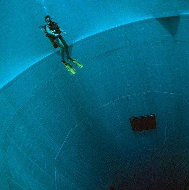 #Pinterest La piscina más profunda del mundo tiene 33 metros de profundidad y tardó 8 años en construirse.