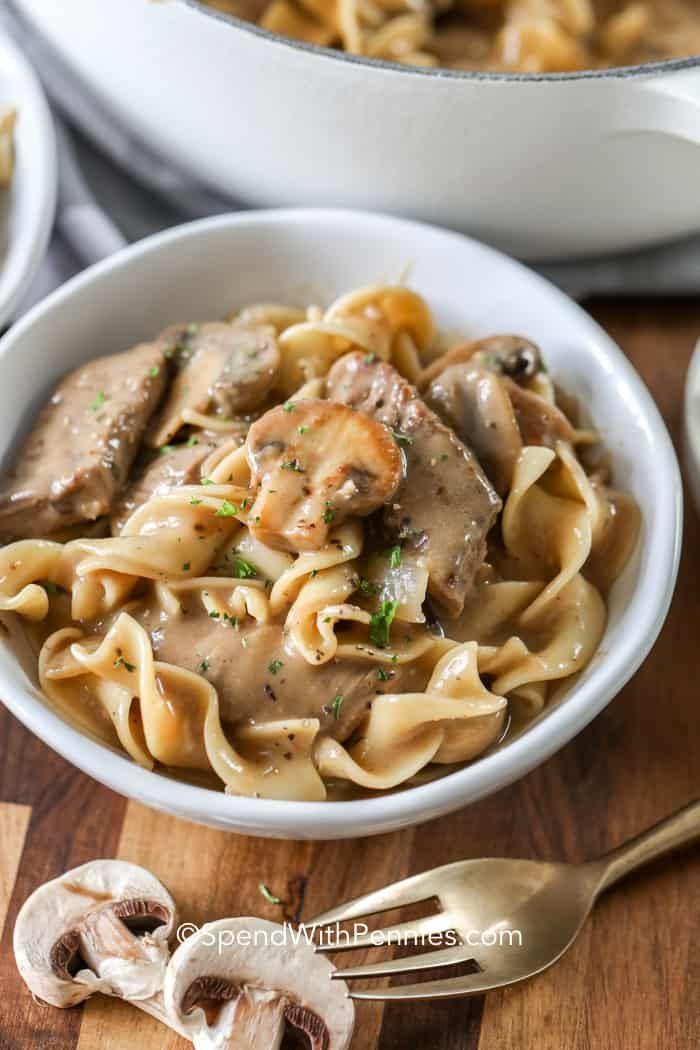 Dieser traditionelle Stroganoff vom Rind ist ein schneller und einfacher Favorit. Saftige Rindfleisch- und Pilzstreifen, die in einer reichhaltigen cr...,#Rezepte