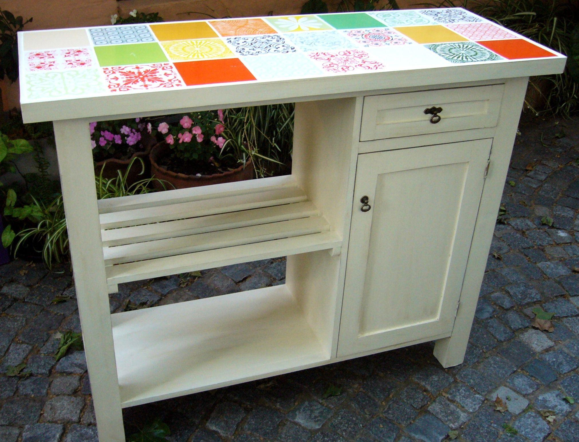 Muebles De Cocina Ideas De Colores - Desayunador y ayudante de cocina patinado en color blanco con base de azulejos decorados de varios