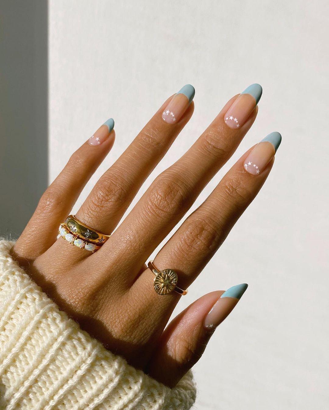 Nail arts delicadas, delineados marcantes e muito