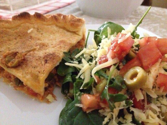 Empanada de atun casera con ensalada de tomate, espinacas, rucula, queso y aceitunas. Un clasico para un plato saludable :)
