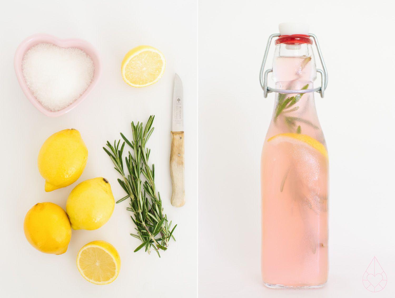 Roze limonade recept:  Ingrediënten voor 2 kannen:  - 3 kopjes suiker - 300 ml citroensap - 1 citroen - 2 kopjes cranberrysap - rozemarijn - water naar smaak