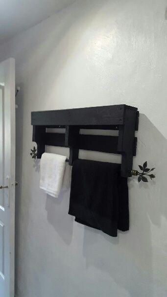 Porte serviettes fait avec une palette et une tringle à rideaux
