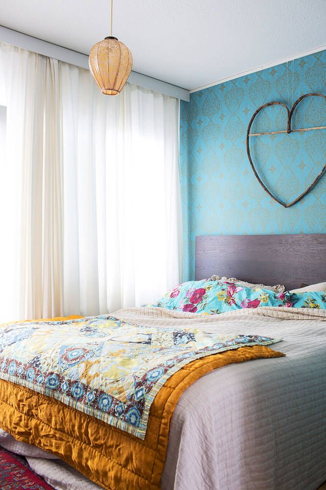 Tämä makuuhuone on samalla kertaa värikäs ja levollinen. | Unelmien Talo&Koti Kuva: Hanne Manelius Toimittaja: Ilona Pietiläinen