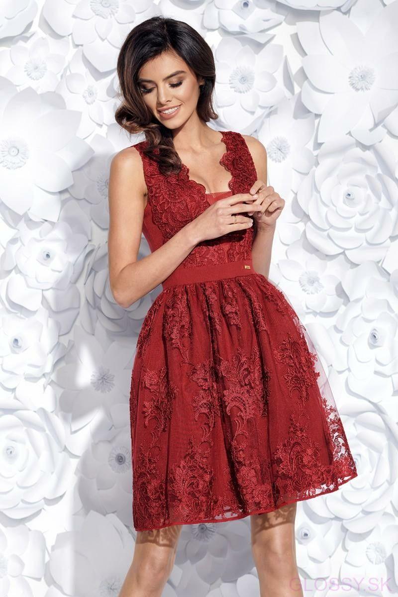 de06eeb8362b Jedinečné krajkové šaty na hrubšie ramienka. Vrch šiat je tvorený nádhernou  vyšívanou krajkou. Od