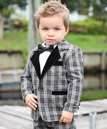 Wee gents can add some extra style to their wardrobe with this adorable blazer. Wide lapels and front pockets give it a classic look, while its cotton threads keep it super comfy.
