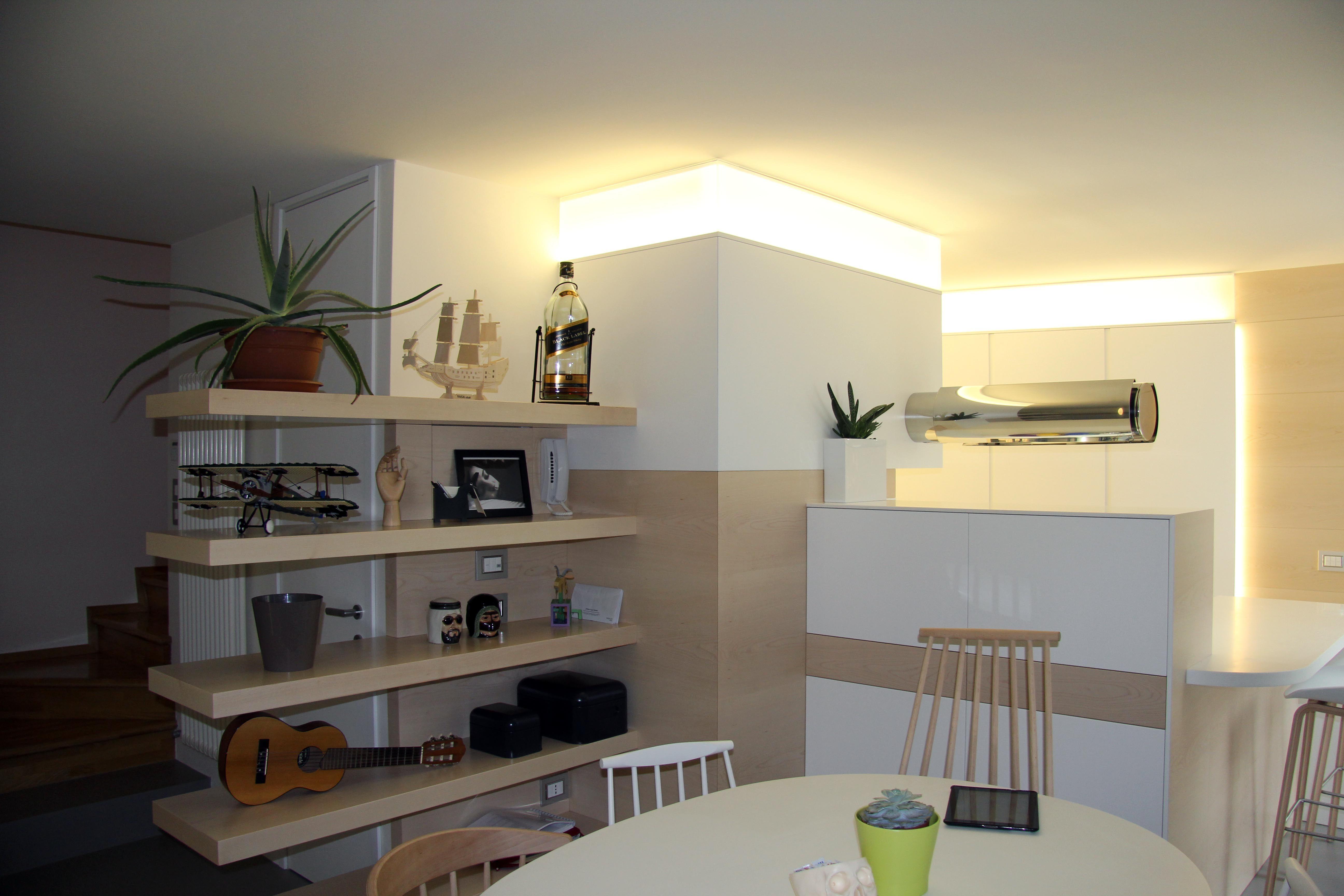 Mensole sospese, illuminazione a led, soggiorno. | Designer Polloni ...