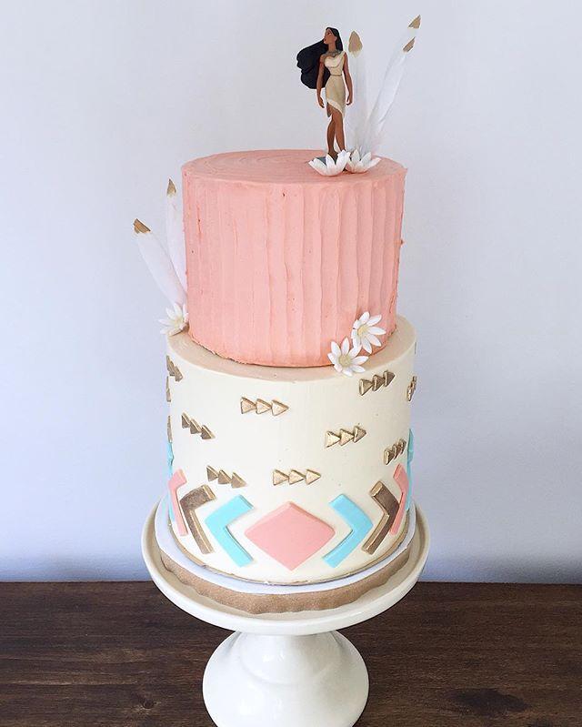 • Torta Pocahontas • piso de abajo chocolate y frambuesa, arriba vainilla y dulce de leche  Pedidos y consultas  contacto@kekukis.com.ar #pocahontas #cake #kekukis #pastry #disney