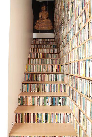 Narrow small shelves for penguins crime de la creme - Escaleras para bibliotecas ...