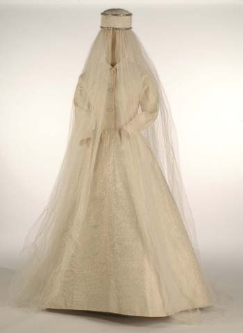 Wedding dress Cristobal Balenciaga, with a headdress of Hubert de ...