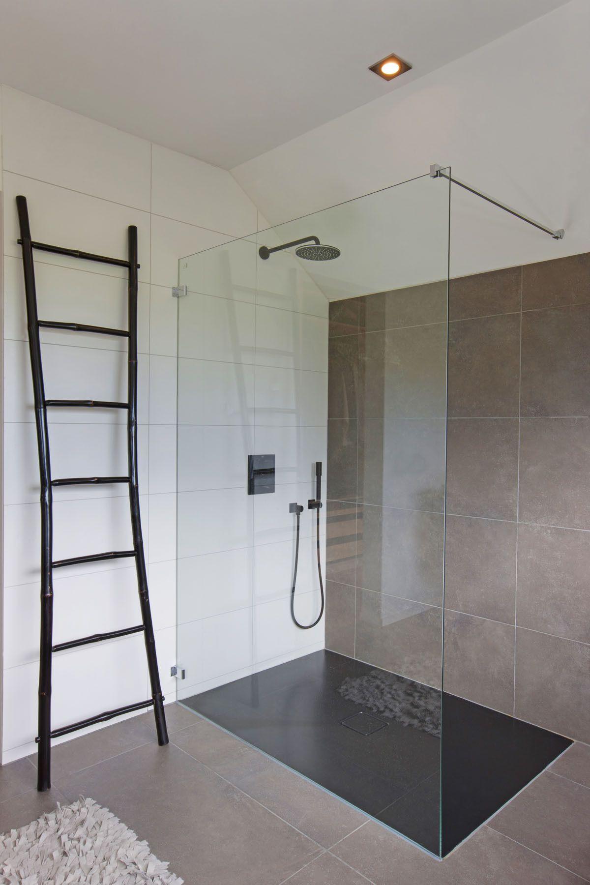 Voorkeur Inloopdouche in het wit met houten vloer | Badkamerideeën GN49