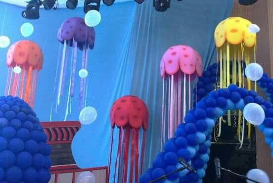 Águas-vivas para cenário de espetáculo de dança com temática marinha.